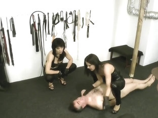 2 mistresses faceslapping