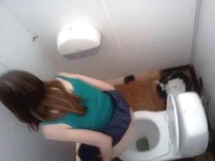 секс в туалете с мужиком видео