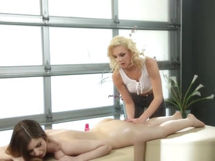 Les masseuse scissoring hard with busty model
