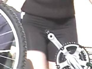 Sexy bicycle rider gives me the view on her candid ass 06za