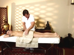 Dickriding Beauty Creamed By Her Masseur